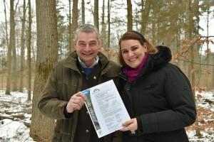 """Bürgermeisterin Eva Weber und stellv. Forstamtsleiter Jürgen Kircher sind stolz auf das neue PEFC-Zertifikat """"Erholungswald"""". Foto: Siegfried Kerpf/Stadt Augsburg"""