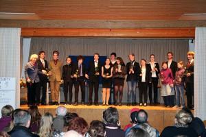 Bild: Wolfgang Ullmann; Die Theatergruppe erhält tosenden Beifall von ihrem Publikum im Pfarrheim von St. Albert