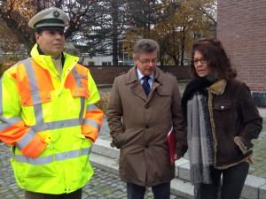 Von links nach rechts: Polizeioberkommisar Paul Wittkopf, Josef Weber, Amtleiter Tiefbauamt der Stadt Augsburg, Margarete Heinrich, Stadträtin SPD Haunstetten